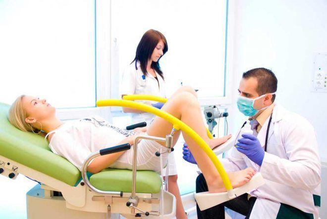 Осмотр женщины на гинекологическом кресле