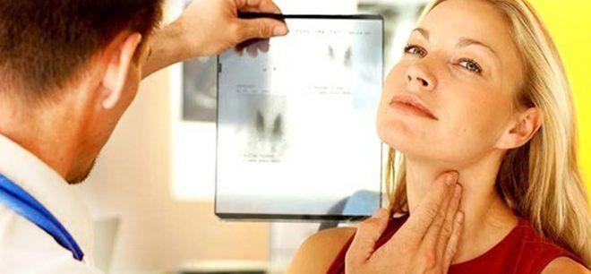 Эндокринолог обследует щитовидку