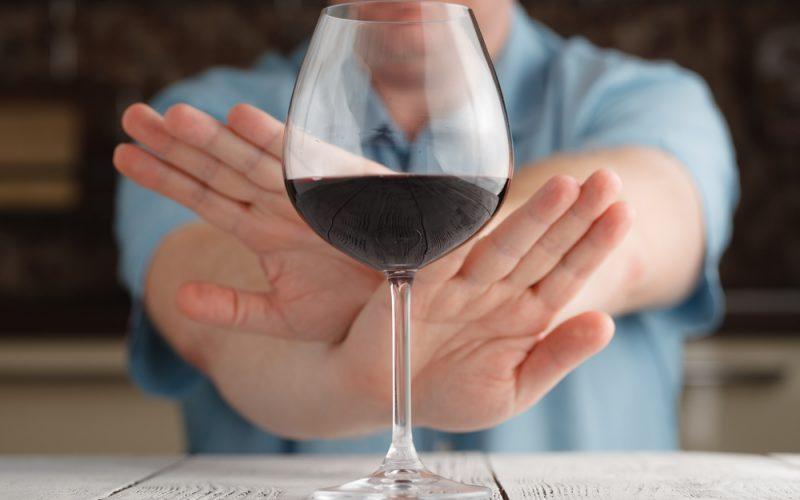 Воздерживаться от употребления спиртных напитков